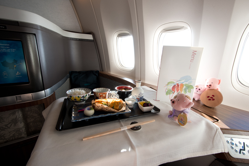 cathay pacific boeing 777-300 er cabin and kaiseki meal business class first class mcdull mcmug
