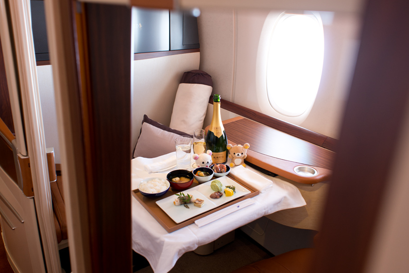 singapore airlines airbus a380-800 cabin and in flight meal business class first class mcdull mcmug